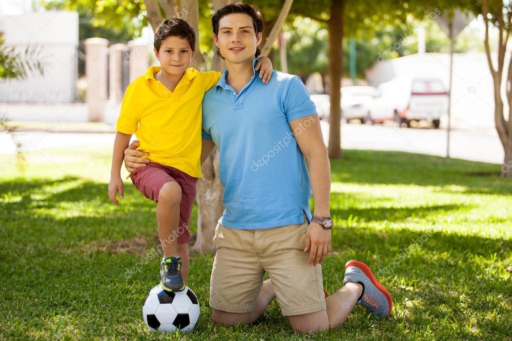 Padre E Hijo Con El Pie El Balón De Fútbol