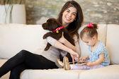 Fényképek anya és lánya, kutya-és tablet