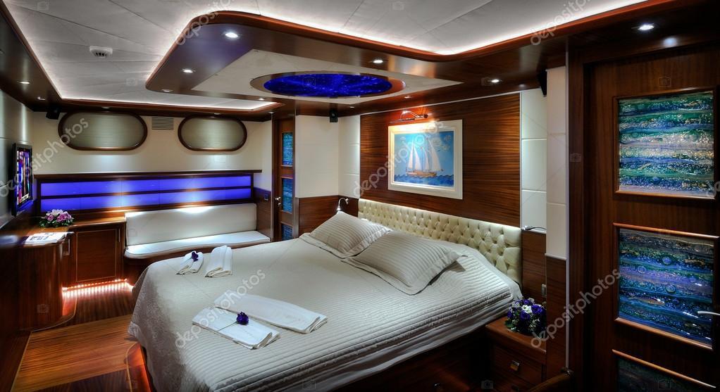 camera da letto della barca a vela di lusso foto