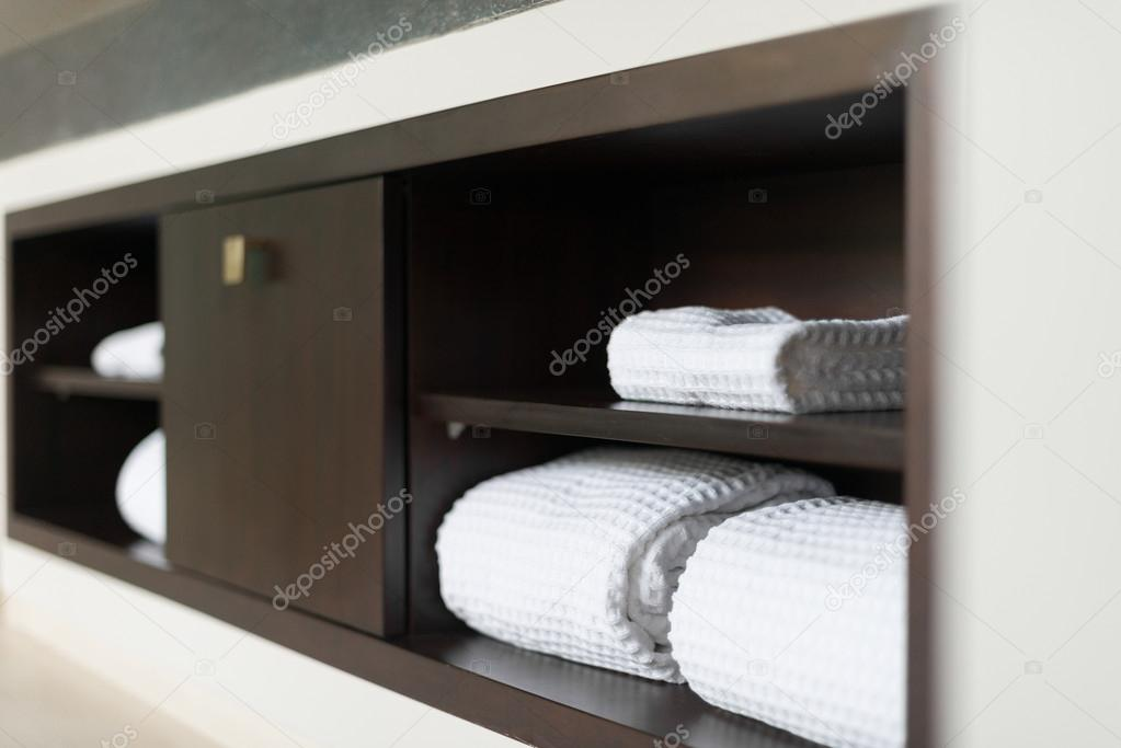 Badkamer Kast Handdoeken : Witte towels handdoeken gerold op plank in hotel badkamer
