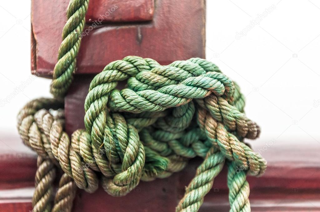 макро веревкой привязаны морской узел на палубе корабля ...