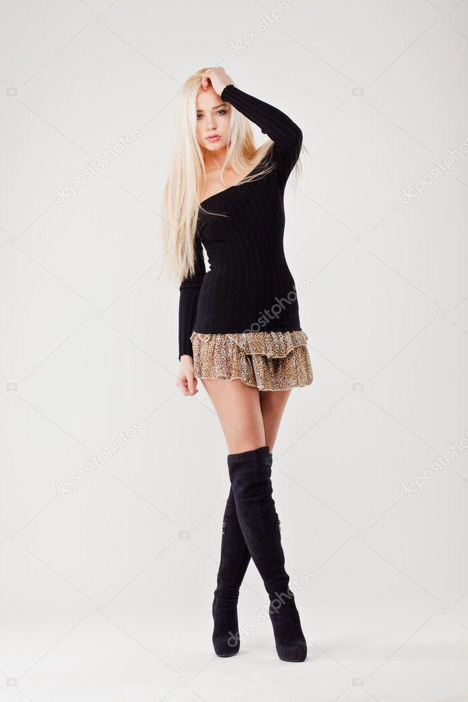 d15f678a578849 Mooie sexy meisje in Luipaard kort rokje tegen witte achtergrond — Stockfoto