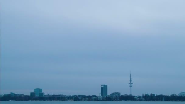Kai in hamburg, deutschland. Die Nacht brach herein. Fernsehturm