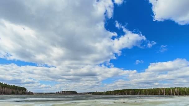 Felhők, a tó felett. Utolsó hó. TimeLapse