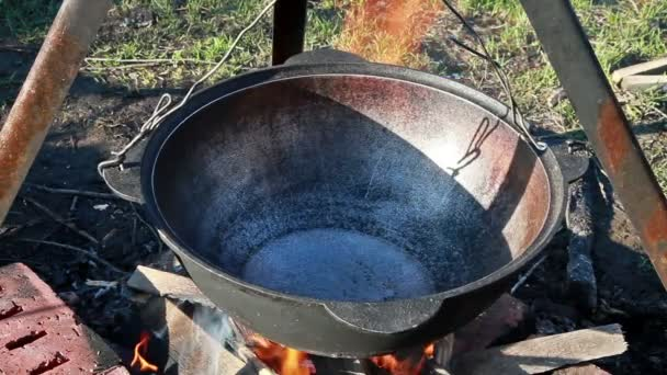 Pilaf főzés. Öntsünk olajat