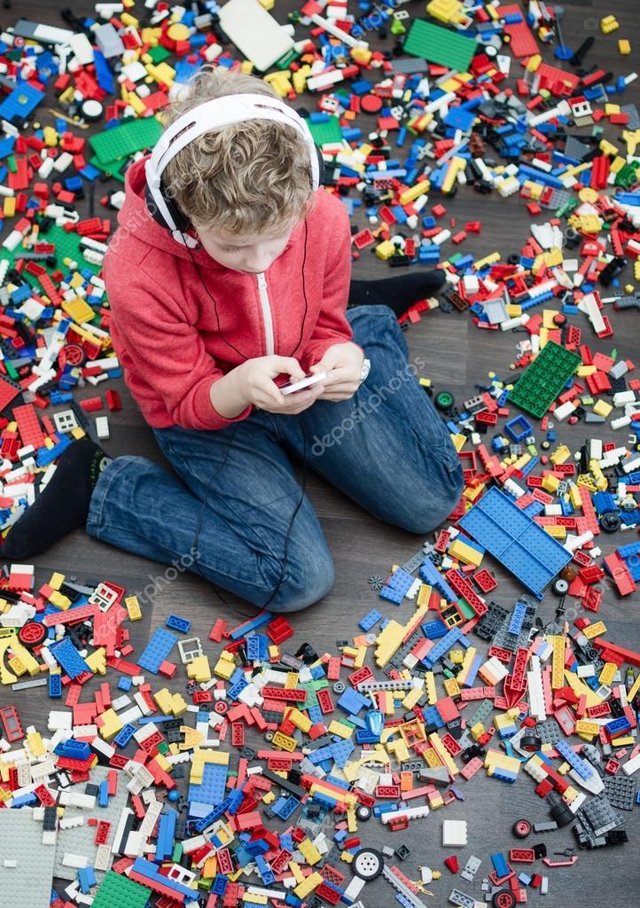 Resultado de imagen de niños aburridos rodeados de juguetes