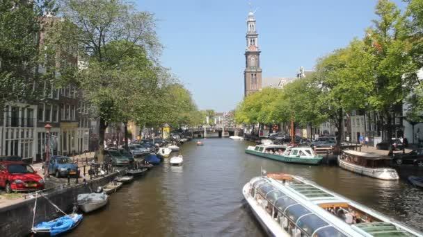 kanálech lodí s turisty plachty v amsterdamském kanále, holland