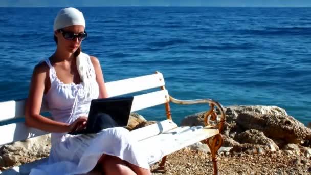 na moři s notebookem
