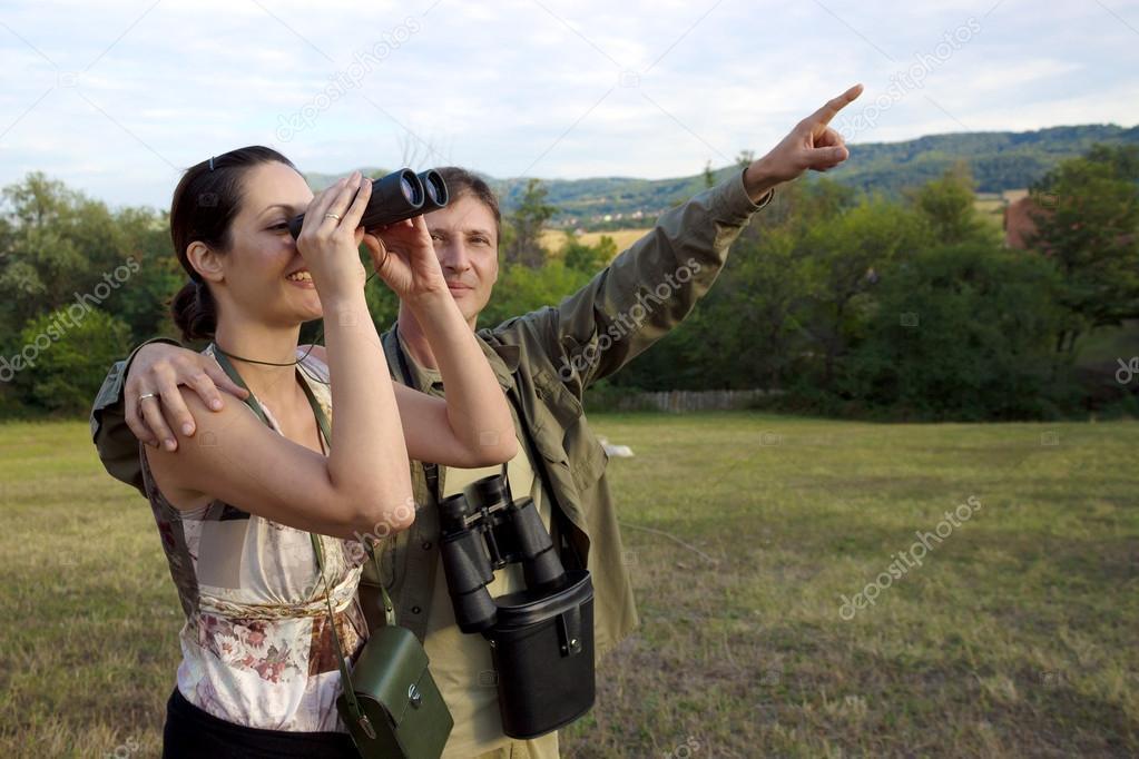 Paar mit fernglas vogelbeobachtung im wald stockfoto bild