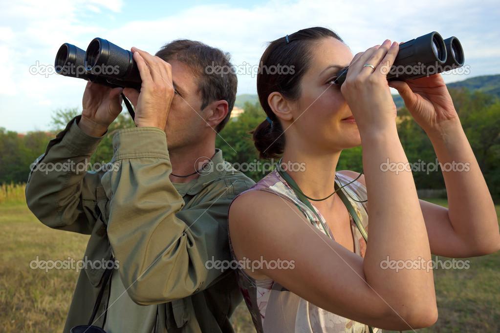 Vogelbeobachtung mit dem fernglas u stockfoto overcrew