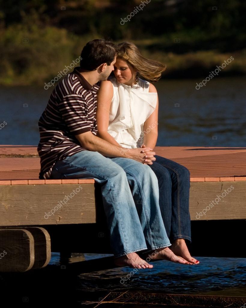 jeune couple amoureux assis pieds nus sur le quai sur le lac photographie bluiz60 12510587. Black Bedroom Furniture Sets. Home Design Ideas