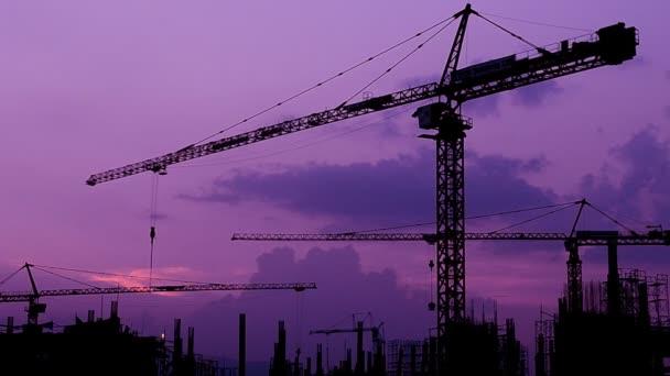 silueta jeřáb pracovní doby budování a soumrak