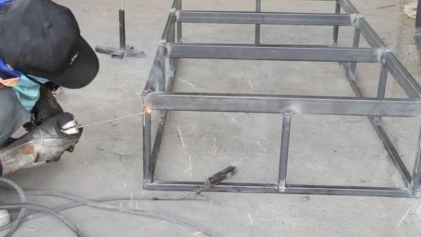 svařování oceli s svářeč elektrodou