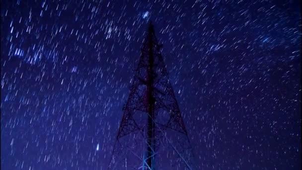 Zeitraffer großer Kommunikationsturm und schöne Sternenbewegung am Nachthimmel