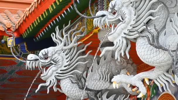 Drak socha postříkáním vodou v čínský chrám