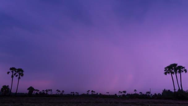 čas zániku bouřky a blesky v temné obloze