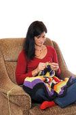 Fotografie eine midaged Frau mit bayerischen Dirndl mit bunten Wolle stricken