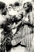Drei Damen aus Togo helfen ihrem Freund die Kontrolle unter Voodoo Zauber verliert