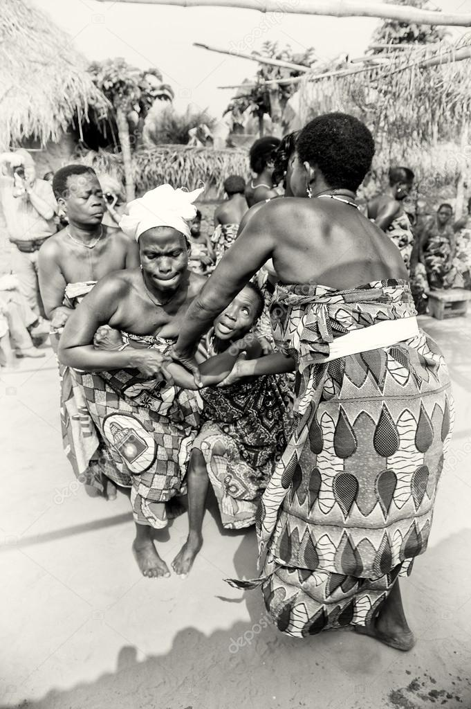 Two ladies from Togo help their friend which loses control under voodoo enchantment