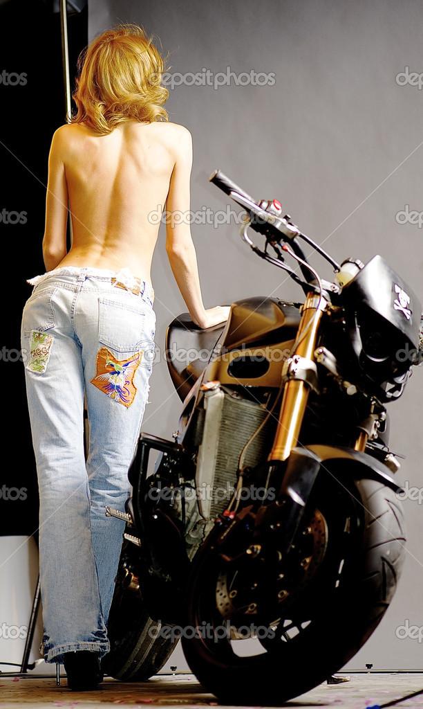 Semi Chica Desnuda Posa Cerca De Una Moto Foto Editorial De Stock