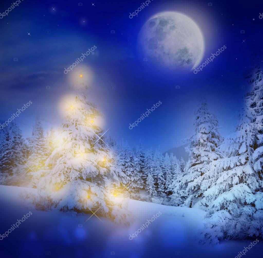 mgica noche de navidad o ao nuevo en el bosque nevado con luces en el rbol de navidad y luna llena u foto de kisamurisa