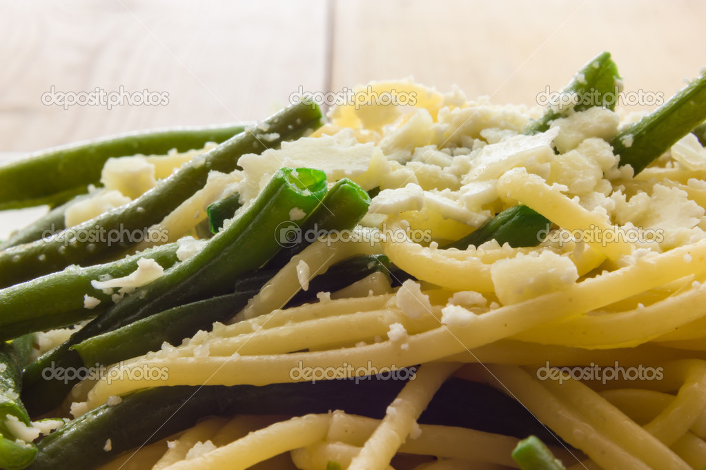 Spaghetti with garlic oil and green beans from Italy ...