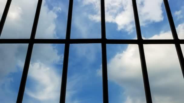Resultado de imagen de Imagen del cielo a traves de los barrotes de prisión