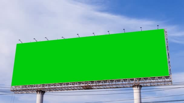 prázdné billboard proti modré obloze timelapse