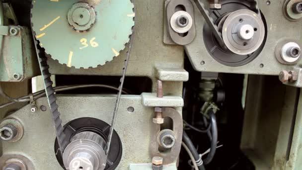 A régi Cnc gép görgő és a motor öv