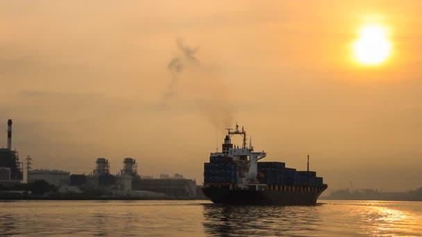 nákladní loď při západu slunce