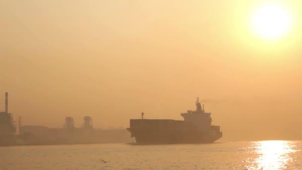 a hajó a köd, a chao phraya folyó, Thaiföld