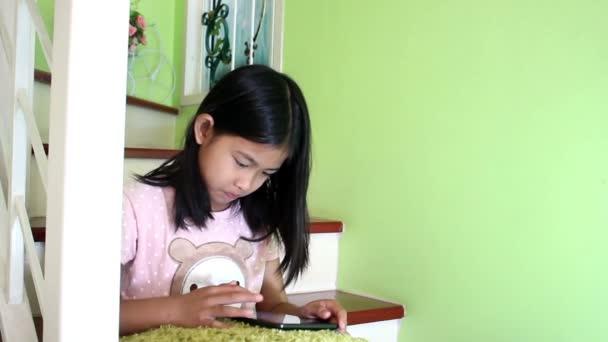 malá holčička pomocí tabletu