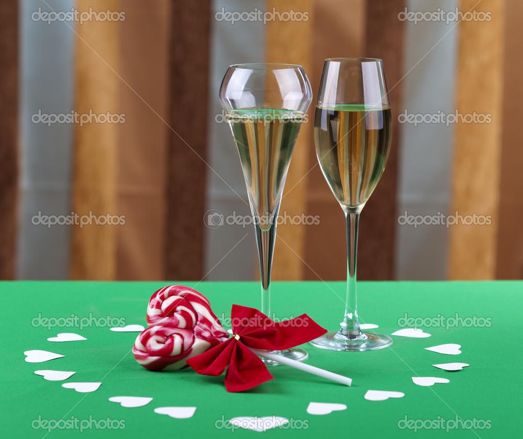 zwei Gläser Champagner neben einer Herz-Form-Süßigkeiten — Stockfoto ...