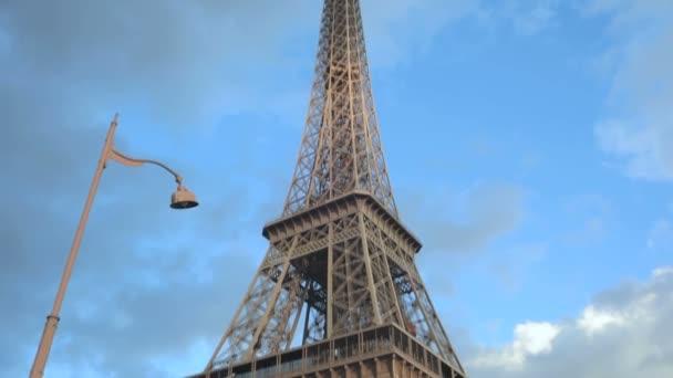 dálnice v blízkosti Eiffelovy věže v Paříži