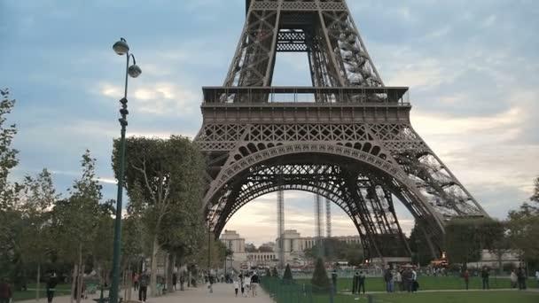 Střelba na Eiffelovu věž ze dna
