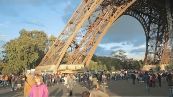turisté v blízkosti Eiffelovy věže v Paříži