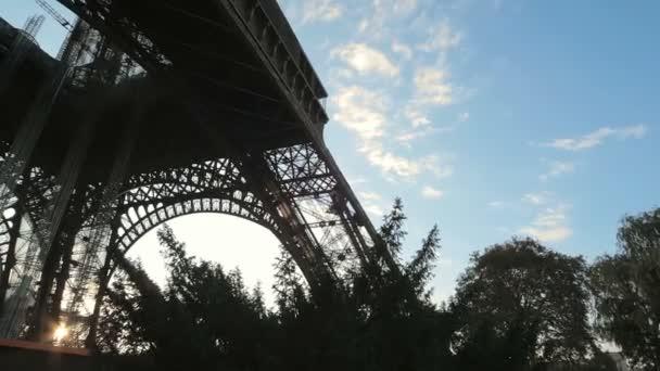 základní Eiffelova věž při východu slunce