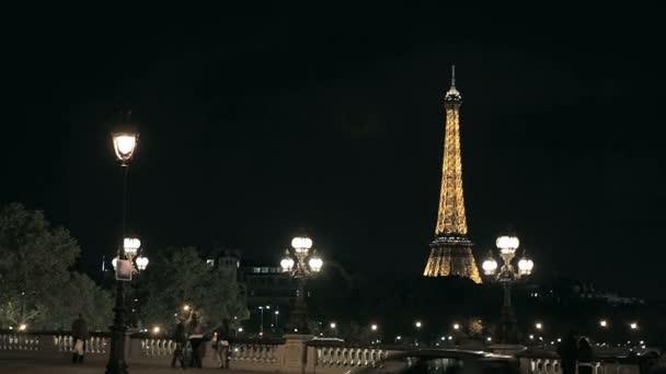 pohled z Eiffelovy věže z mostu v noci