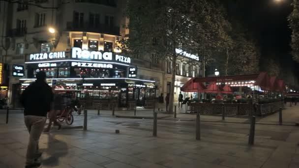živá ulice Paříže v noci