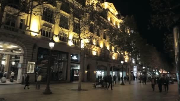 bulvár v Paříži v noci