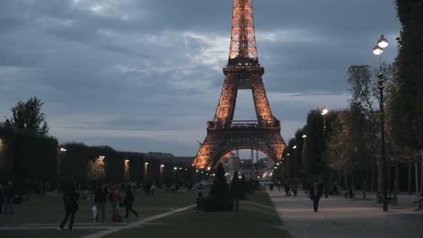 Eiffelova věž a večer Paříž