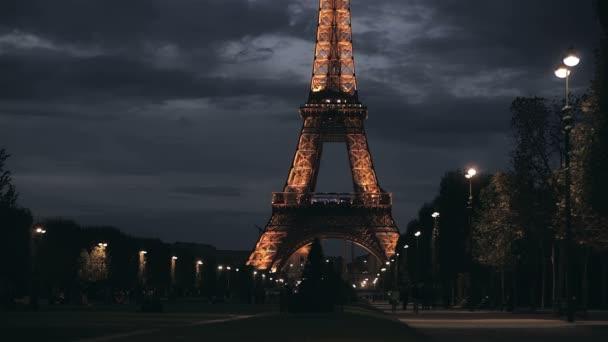 Eiffelova věž v večer