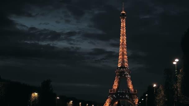 světla zablikala na Eiffelovu věž ve Francii
