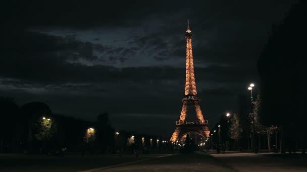 pohled na Eiffelovu věž v noci