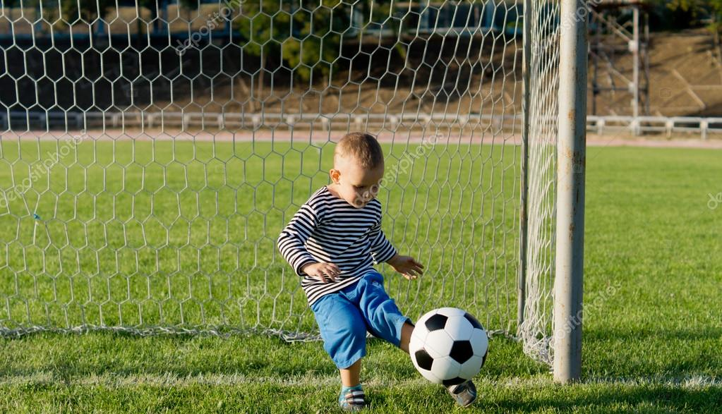 Ni o peque o pateando un bal n de f tbol foto de stock - Foto nino pequeno ...