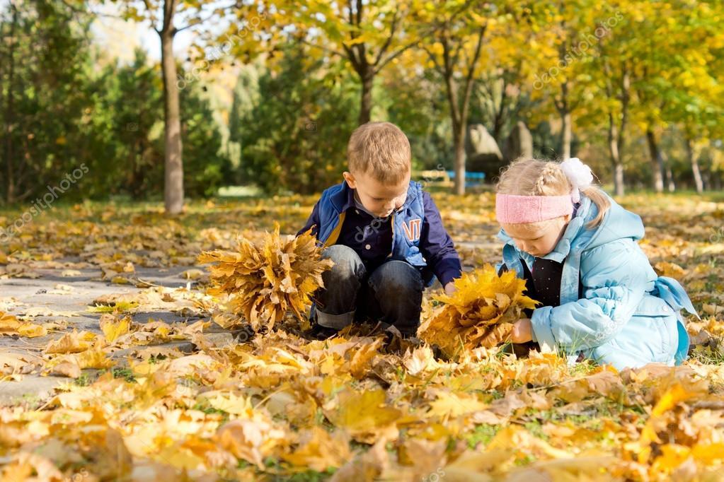 Ni os jugando en una alfombra de hojas de oto o foto de - Alfombras para jugar ninos ...