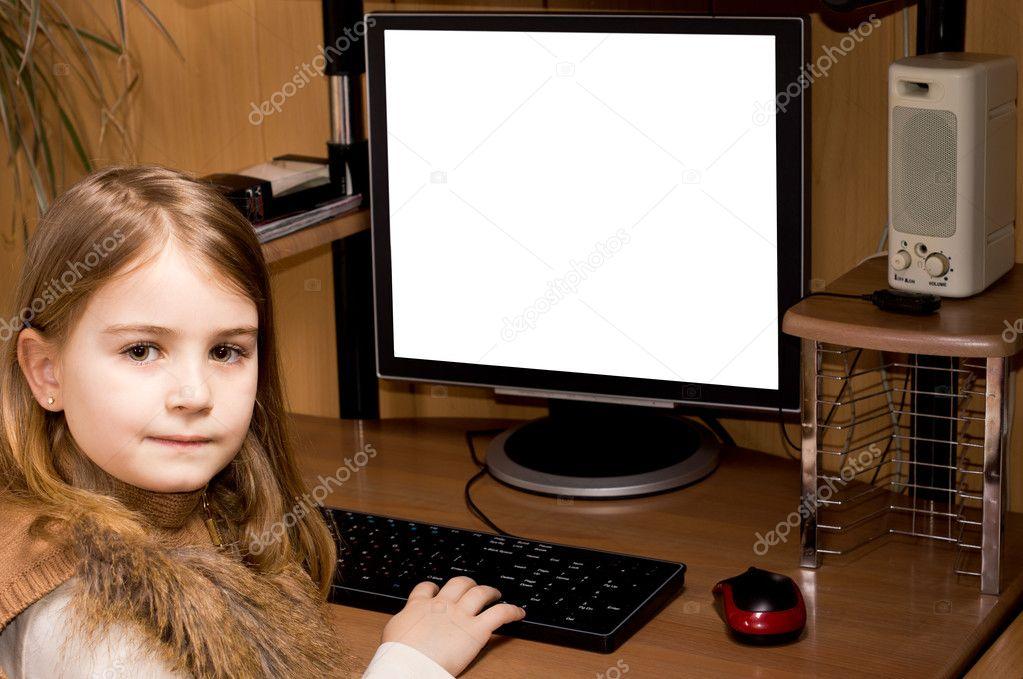 Petite fille à l aide d un ordinateur de bureau u photographie
