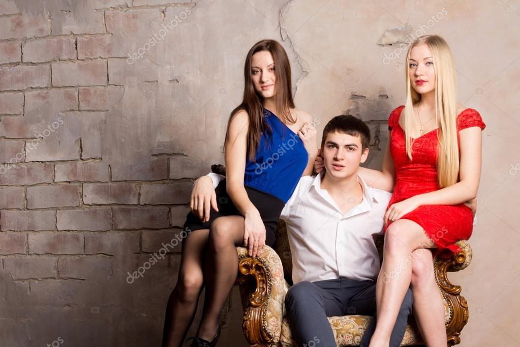 Две девушки и русский парень