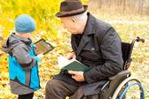 Fotografie Großvater und Enkel, die Freizeit genießen