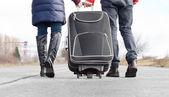 Fotografie nízký úhel pohled pár táhne kufr